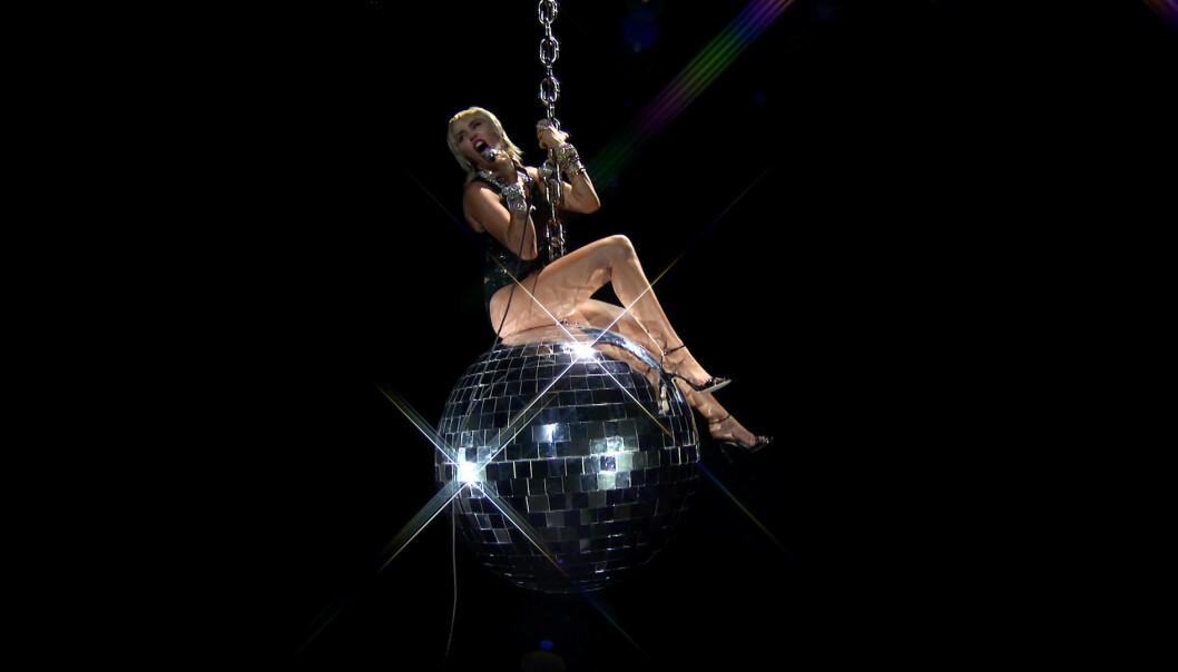 <strong>WRECKING BALL:</strong> Miley Cyrus skrudde tiden tilbake syv år da hun svingte seg på den berømte kula. Foto: NTB scanpix