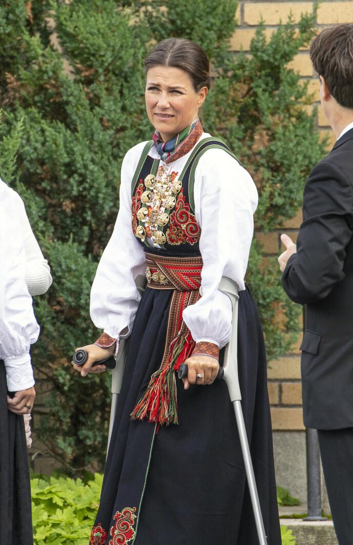 <strong>SKADET SEG:</strong> Prinsesse Märtha Louise ankom Jar kirke på krykker. Foto: Tor Lindseth/ Se og Hør