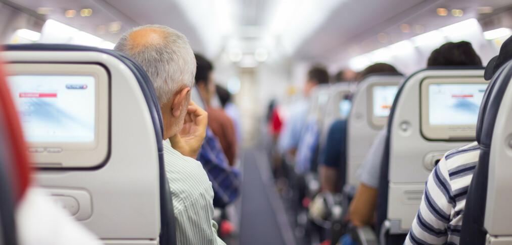 Kan du nekte å sitte ved siden av person på fly?