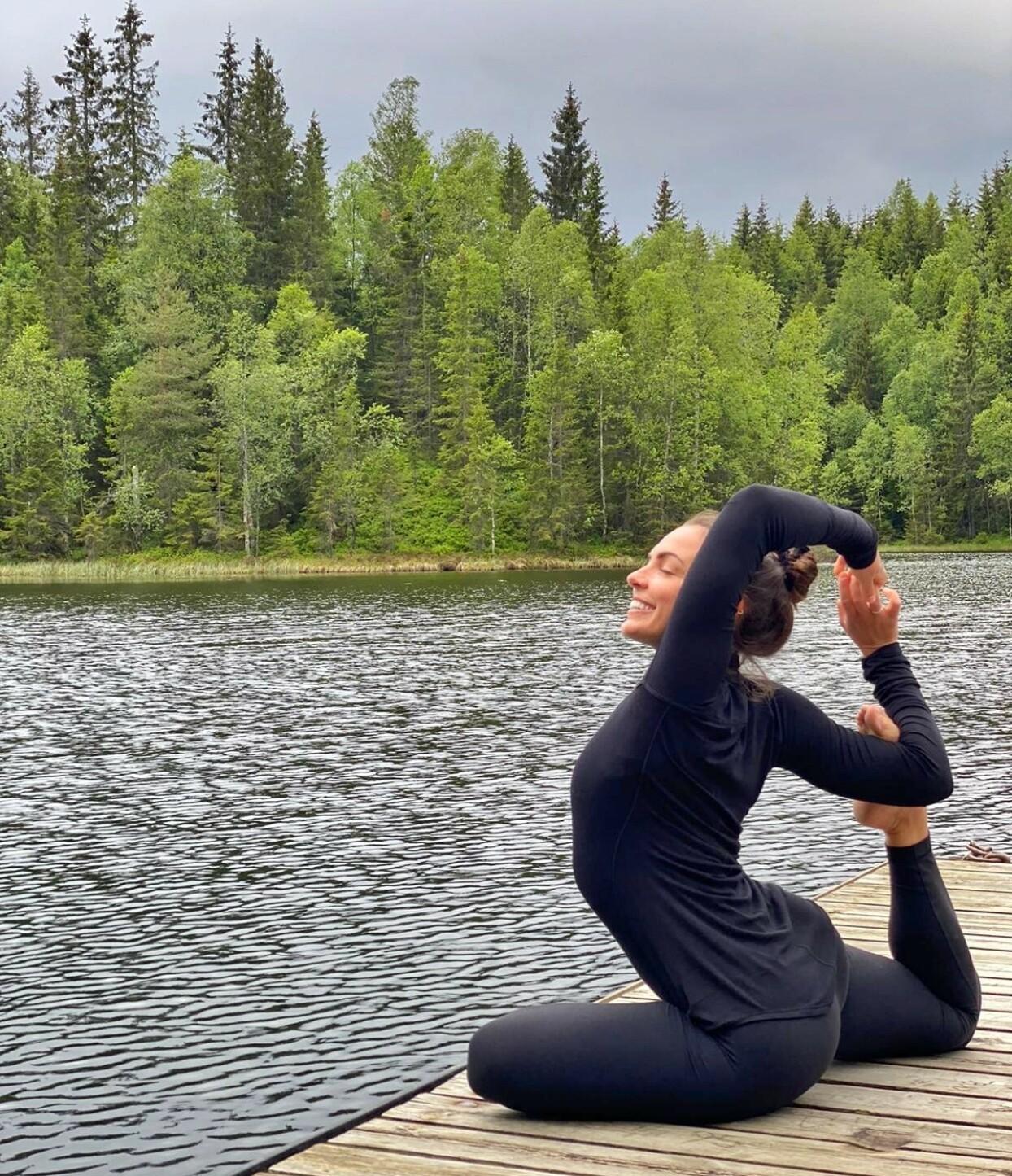 <strong>SKOGSYOGA:</strong> Francesca Golfetto står for yogatimene. FOTO: Privat