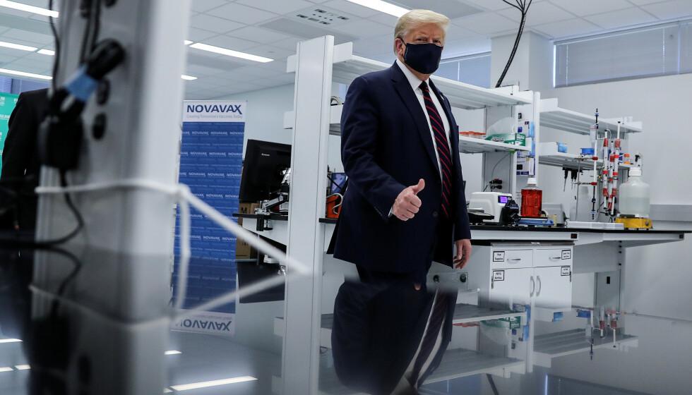 <strong>VAKSINE:</strong> Eksperter frykter USAs vaksinepolitikk kan få fatale følger. Her fra produksjonen av vaksinekandidaten Novavax. Foto: Carlos Barria / Reuters / NTB Scanpix