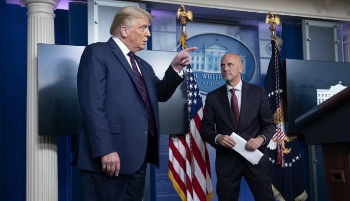 <strong>SJEF:</strong> FDA-sjef Stephen Hahn med president Donald Trump. Foto: Stefani Reynolds / Splash News / NTB Scanpix