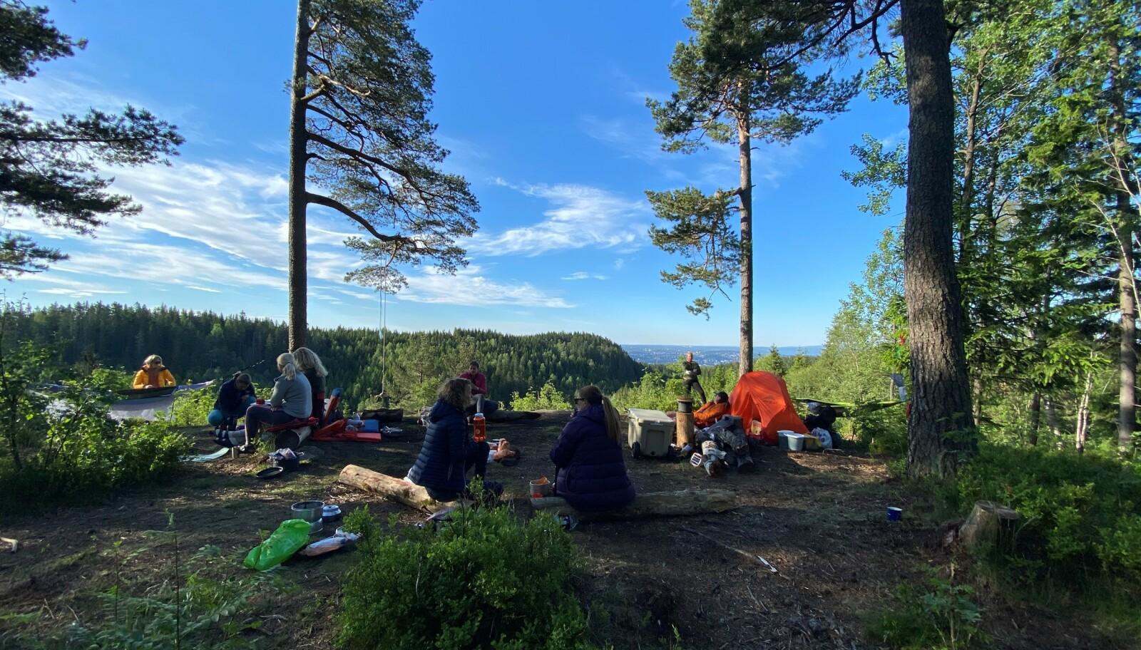 UTE I DET FRI: Mens du rigger til teltplass, fikser kokkene våre fra Oslo Outdoor middag på bålet! FOTO: Elisa Røtterud