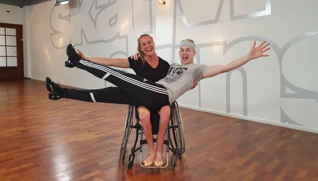 <strong>DANSEKROPP:</strong> Birgit Skarstein vil vise at det er helt mulig å danse med rullestol. - Alle kropper som kan danse er en danskekropp, sier hun. Her med dansepartner Philip Raabe. Foto: Privat