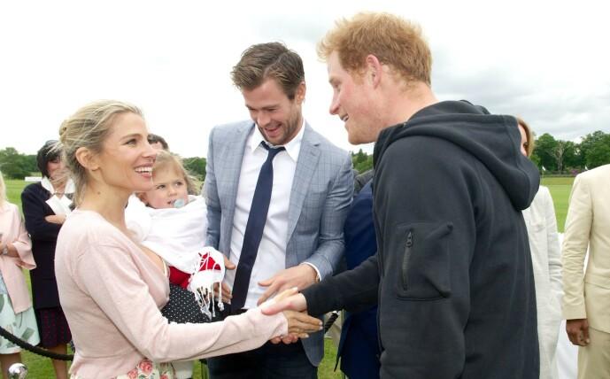 <strong>SMÅBARNSFORELDRE:</strong> Elsa Pataky, Chris Hemsworth og et av deres tre barn hilser på prins Harry under et arrangement i 2015. Foto: NTB scanpix