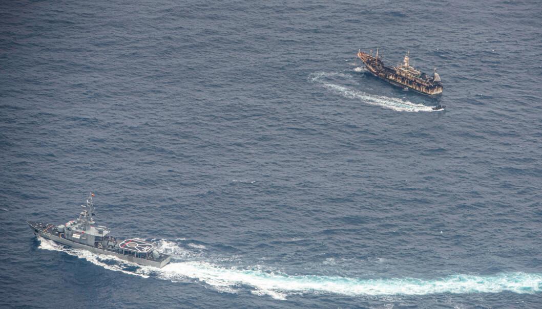 <strong>TAR KONTROLL:</strong> Ecuadorianske marinefartøyer omgir en fiskebåt i starten av august etter å ha oppdaget en fiskeflåte med for det meste kinesisk flaggede skip i en internasjonal korridor som grenser til Galapagosøyene. Foto: Reuters / NTB Scanpix.