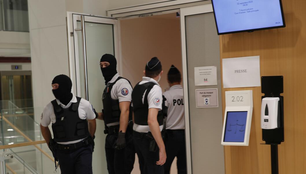 <strong>SIKKERHETSTILTAK:</strong> Politiet bar finlandshetter som en del av sikkerhetsoppbudet rundt terrorrettssaken som startet i Paris onsdag. Foto: François Mori / AP / NTB scanpix