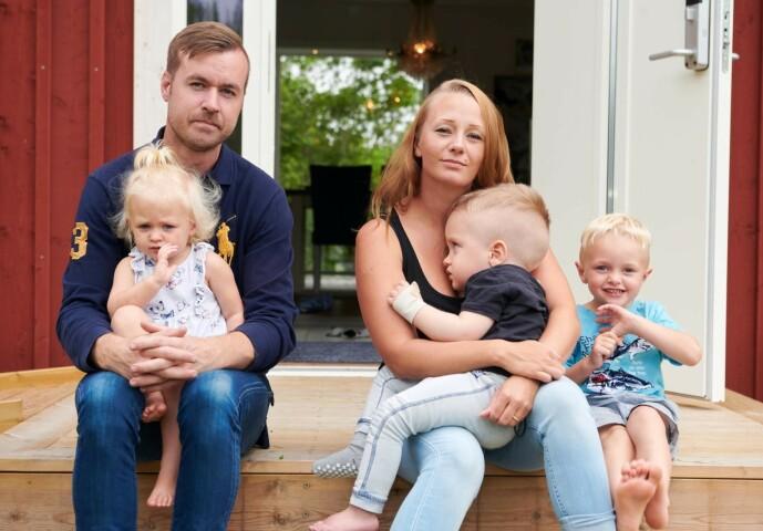 <strong>GLEDE I SORGEN:</strong> Malin og Calle med barna Linelle (1,5 år), Elton (3) og Louie (4 ). I tillegg har Malin to barn fra et tidligere forhold, som er 11 og ni år. FOTO: Tommy Hvitfeldt/Allas