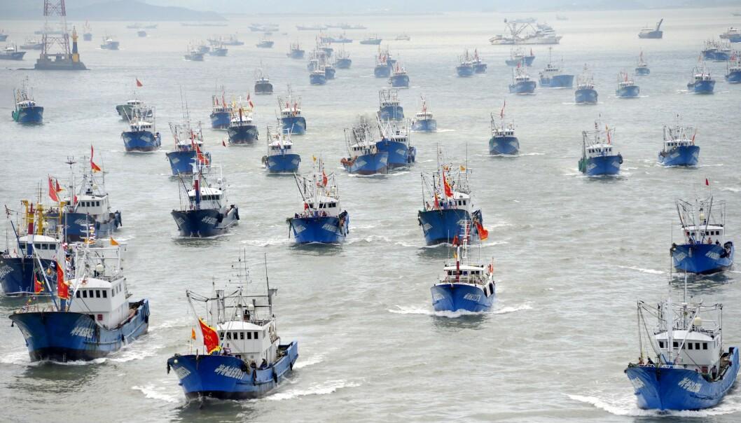 <strong>ANKLAGES:</strong> Hundrevis av kinesiske skip anklages for å plyndre verdenshav. Her båter med kinesiske flagg i en havn i byen Zhoushan i Kina i 2016. Foto: AFP/NTB Scanpix.