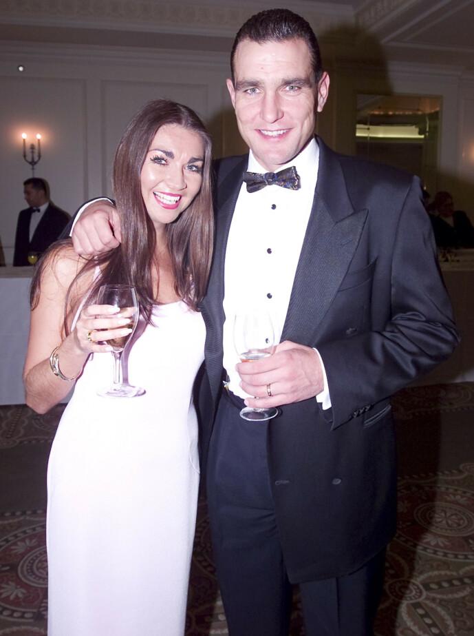 <strong>DYPT ÆRLIG:</strong> Vinnie Jones forteller i boka at han holdt rundt kona da hun døde. Her er de sammen på Evening Standard Film Awards i februar 2000. Foto: NTB scanpix