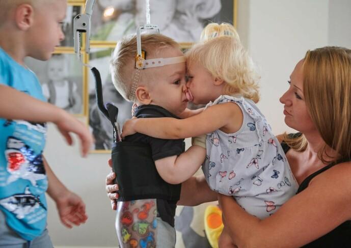 <strong>SØSKENKJÆRLIGHET:</strong> Malin forteller at Eltons søsken er svært omsorgsfulle overfor broren sin. FOTO: Tommy Hvitfeldt/Allas