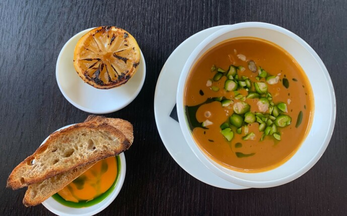 OH LA LA! Måtte dagens hummersuppe få en fast plass på menyen. Herlighet, så mye smak de har klart å få ned i en liten bolle - klassiker fra dag en! Foto: Elisabeth Dalseg
