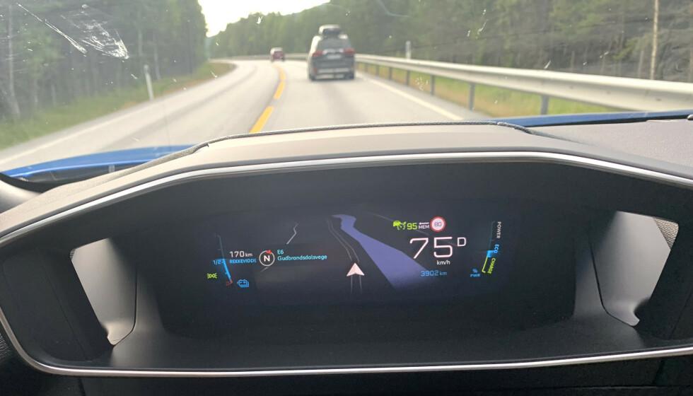 <strong>SKILTGJENKJENNER:</strong> Flere og flere biler kan nå lese fartsgrensen for deg (se fartsgrenseskilt 80 på dashbordet) - men erfaring tilsier at de ofte viser feil. Foto: Øystein B. Fossum