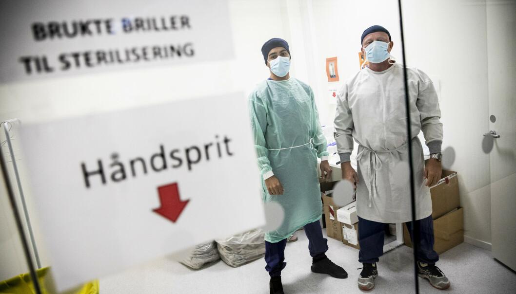 <strong>KLARE:</strong> Legene Sverre Eika og Hayder Abdullah er blant dem som står i førstlinja i coronapandemien på feberpoliklinikken på Hasle. Foto: Christian Roth Christensen / Dagbladet