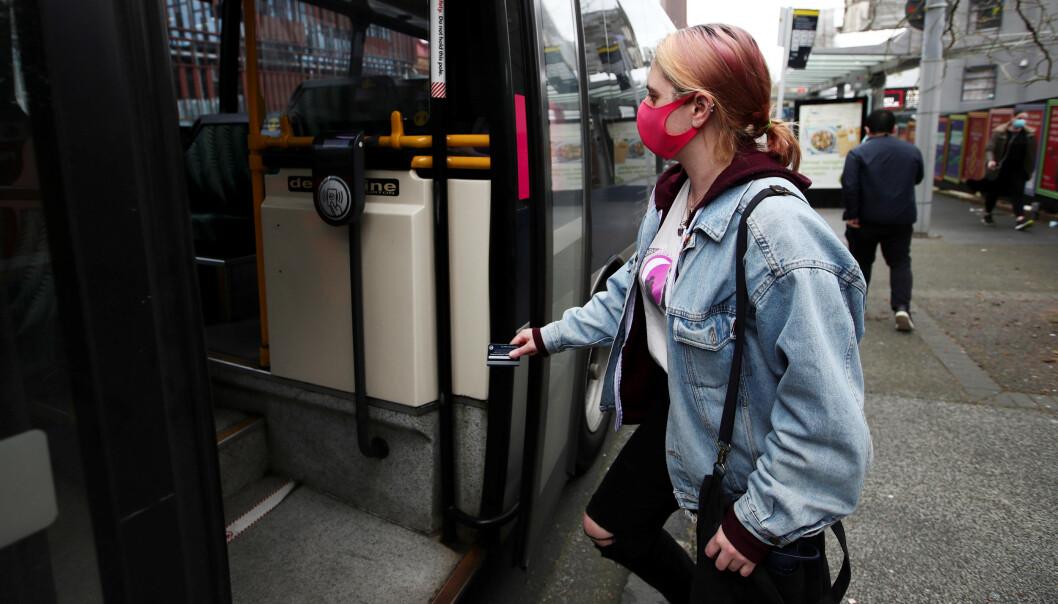 <strong>FORLENGER:</strong> Regjeringen har valgt å forlenge anbefalingen om å bruke munnbind i Oslo. Foto: Reuters/Fiona Goodall/NTB Scanpix