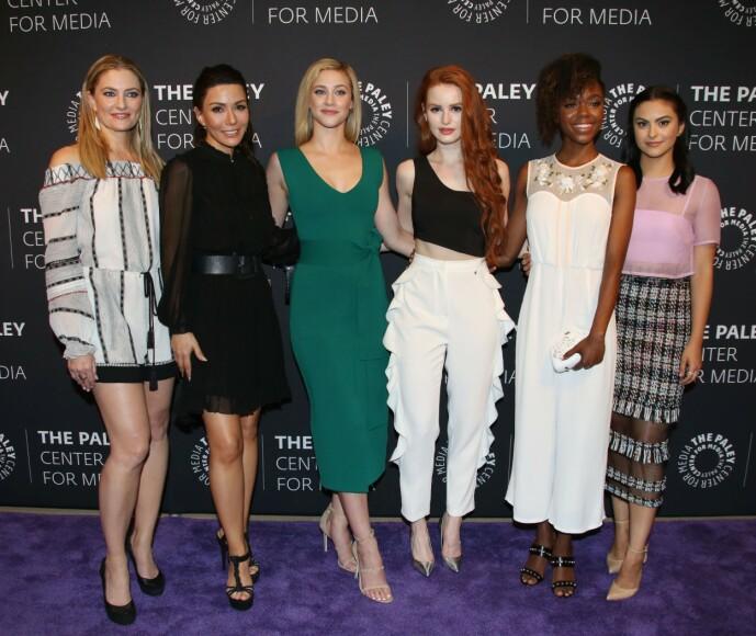 <strong>KOLLEGER:</strong> Her er Marisol Nichols avbildet sammen med Madchen Amick, Lili Reinhart, Madelaine Petsch, Ashley Murray og Camila Mendes fra Netflix-serien. Foto: NTB Scanpix