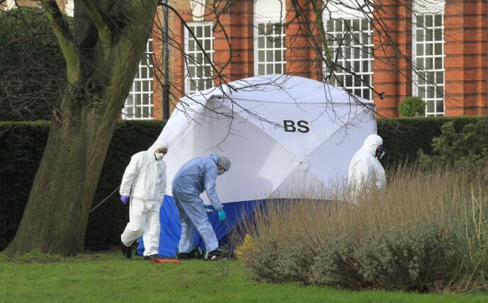 <strong>ERKLÆRT DØD:</strong> Mannen som satte fyr på seg selv utenfor Kensington Palace ble erklært død. Foto: NTB Scanpix