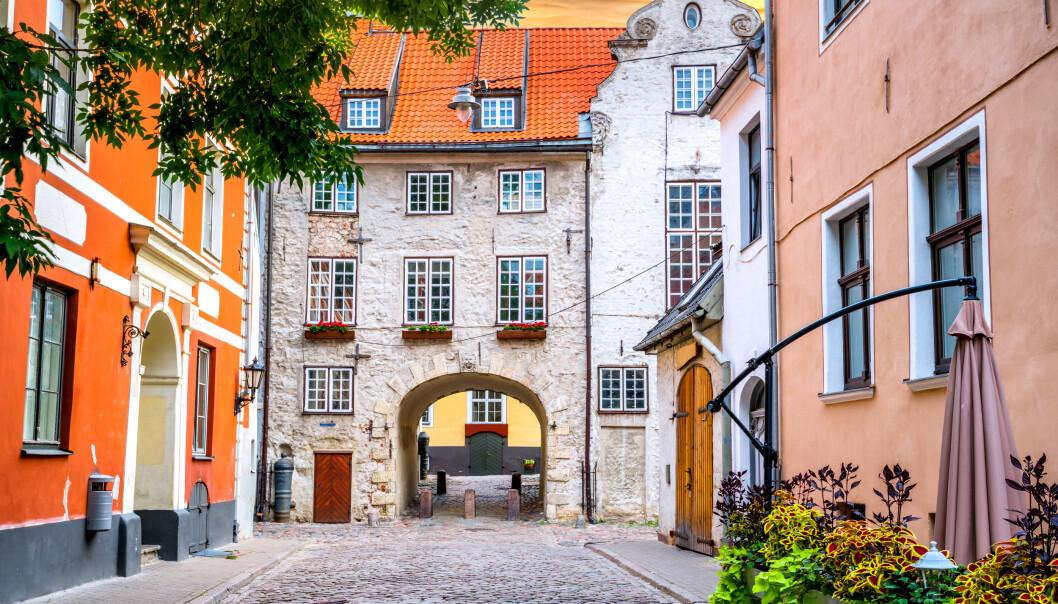 <strong>LAV SMITTE:</strong> Latvia er landet i Europa med minst smitte. Siden fredag er det derimot blitt vanskelig for nordmenn å besøke landet, her fra gamlebyen i Riga. Foto: NTB Scanpix