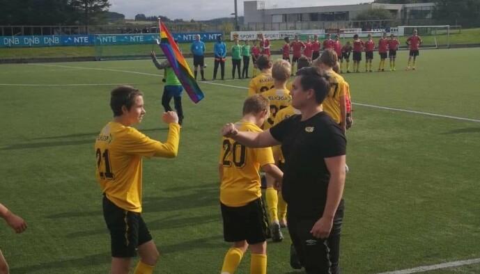 <strong>HYLLET:</strong> Jon Espen Austmo ble hyllet av klubb og spillere etter at han i vår sto fram som homofil. Foto: Privat