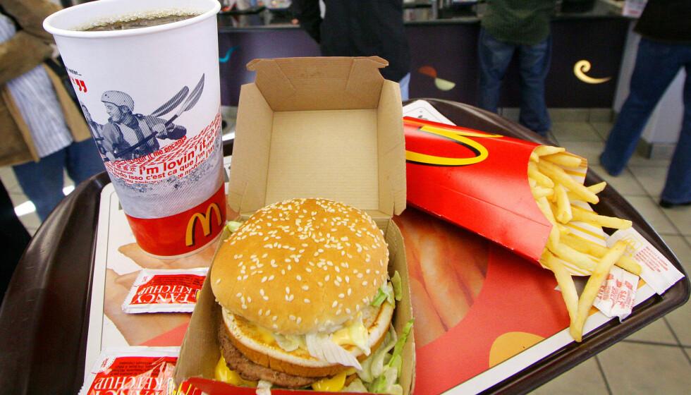 <strong>MINDRE MAT:</strong> Fra denne uken vil McDonald's minste meny ha endre mindre størrelse på drikke og pommes frites. Illustrasjonsfoto: AP Photo/Mark Lennihan / NTB Scanpix
