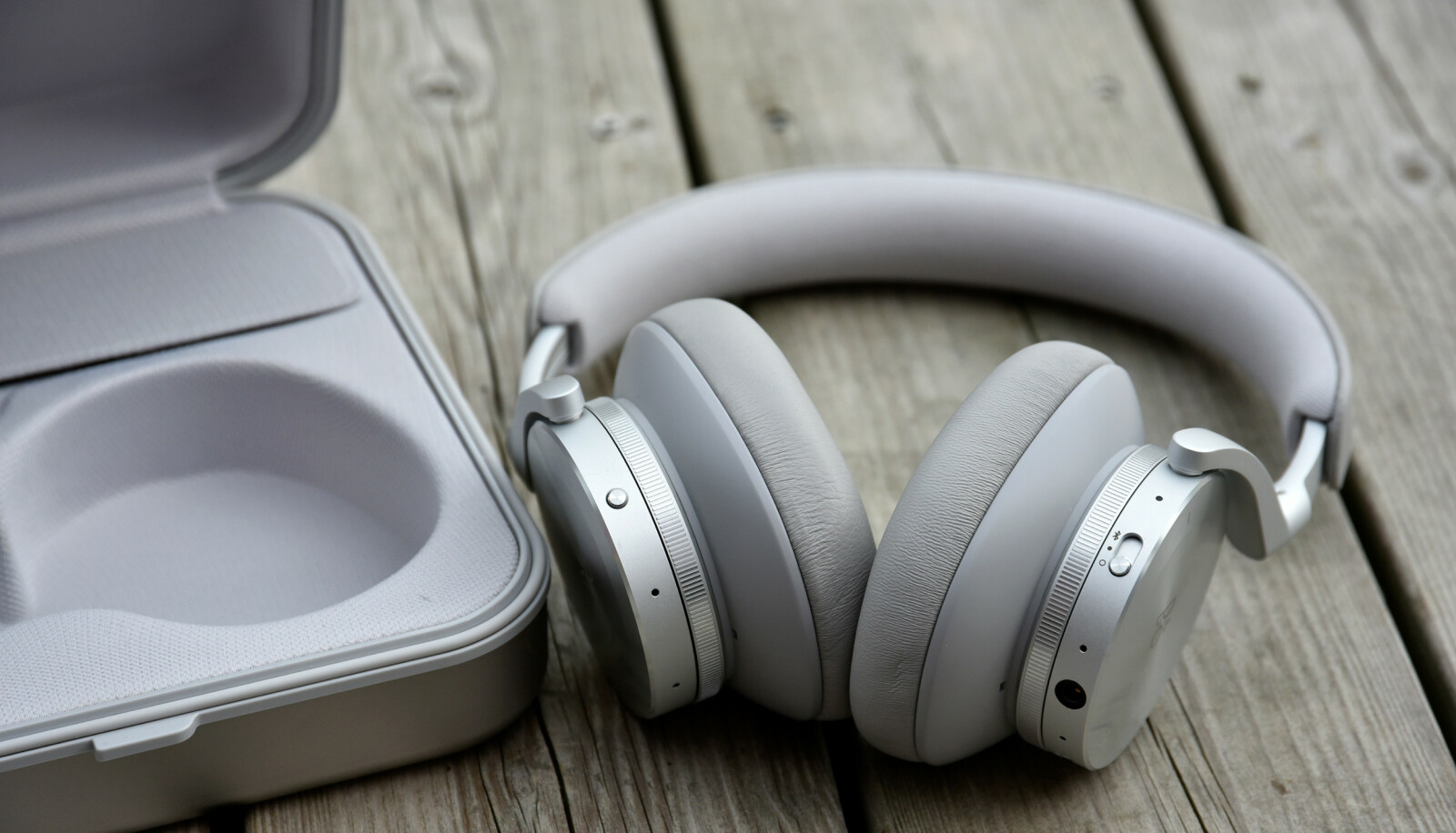 <strong>KNALLGODE:</strong> Det er liten tvil om at Beoplay H95 er et særdeles godt par med hodetelefoner. Men de har også en grusomt høy prislapp. Foto: Pål Joakim Pollen