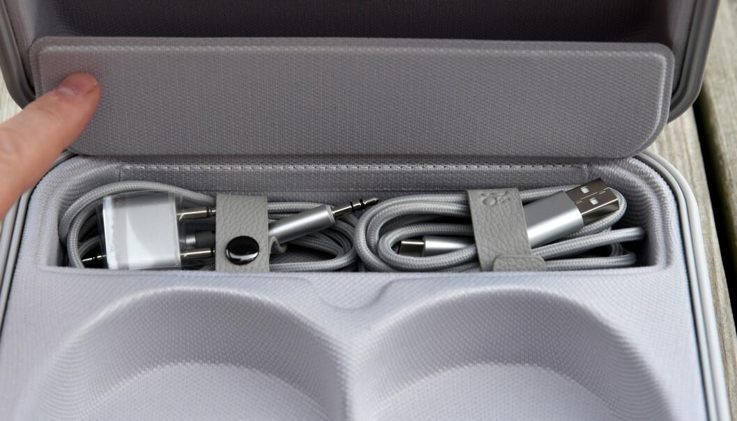 <strong>EKSTRA PLASS:</strong> Under denne luka finner du kabler og adapter til underholdningen på flyet. Foto: Pål Joakim Pollen