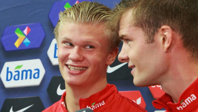 <strong>NORSKE SMIL:</strong> Erling Braut Haaland smiler bredt mot spissmakker Alexander Sørloth i intervjusituasjon etter kampen. Foto: Paul McErlane / NTB scanpix