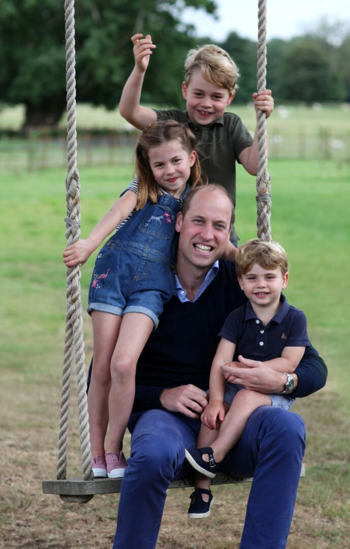 <strong>BILDE TATT AV MAMMA:</strong> Prins William, også kalt Wills, sammen med prins George, prinsesse Charlotte og prins Louis, in Norfolk i juni 2020. FOTO: NTBScanpix