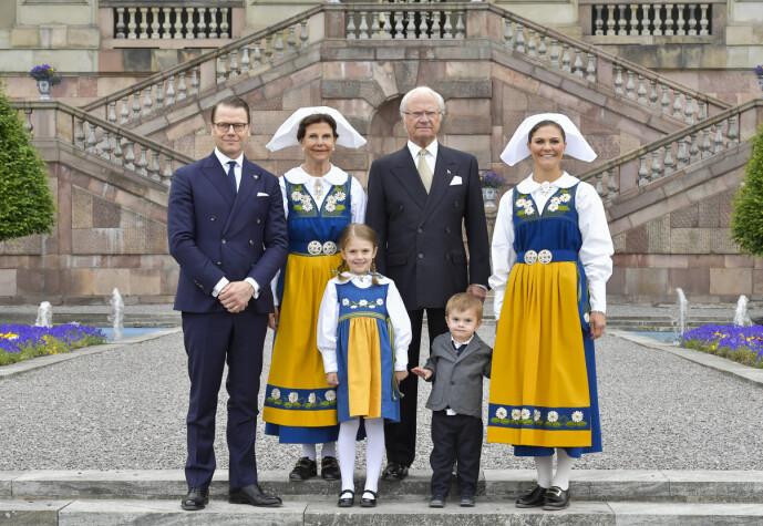 <strong>SMEKNAMN:</strong> Kong Carl Gustaf og dronning Silvia med kronprinsesse Victoria (Oja) og prins Daniel samt barna Estelle og Oscar i 2018. Foto: Jonas Ekströmer/TT / NTB scanpix