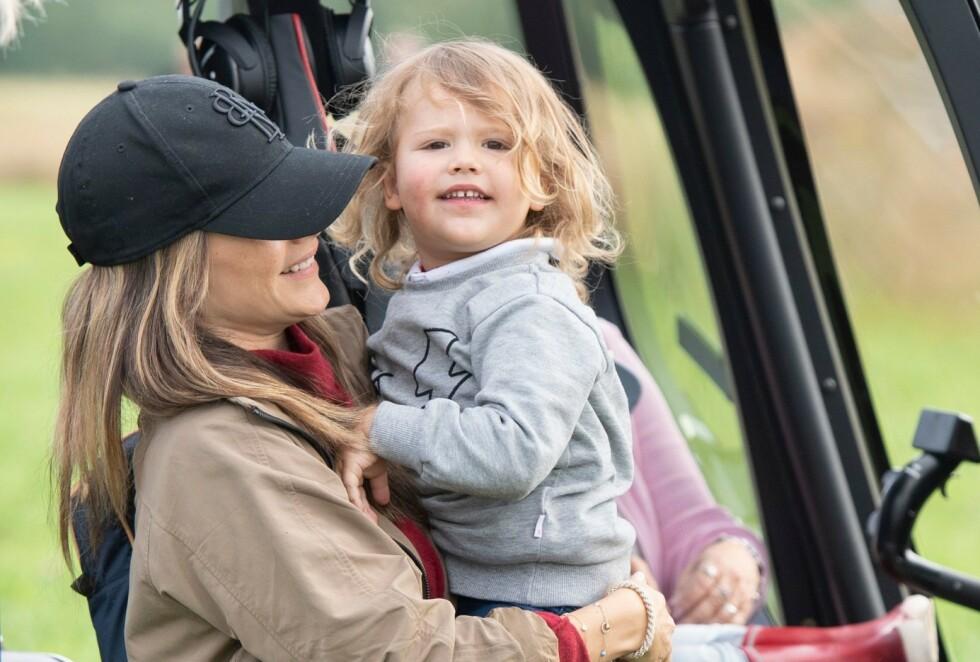 <strong>BRUM BRUM:</strong> Prinsesse Sofia og prins Alexander ser på et helikopter i 2019. Til daglig kalles den lille prinsen noe helt annet. FOTO: Tommy Pedersen/NTBScanpix