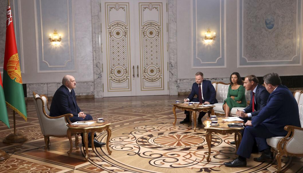 President Aleksandr Lukasjenko (t.v.) ble tirsdag intervjuet av flere russiske journalister i Hviterusslands hovedstad Minsk. Foto: Nikolaj Petrov, Belta / AP / NTB scanpix