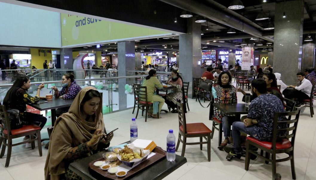 Etter at restriksjonene ble opphevet i august, kunne folk igjen besøke kjøpesentrene i Pakistans største by Karachi. Foto: Fareed Khan / AP / NTB scanpix