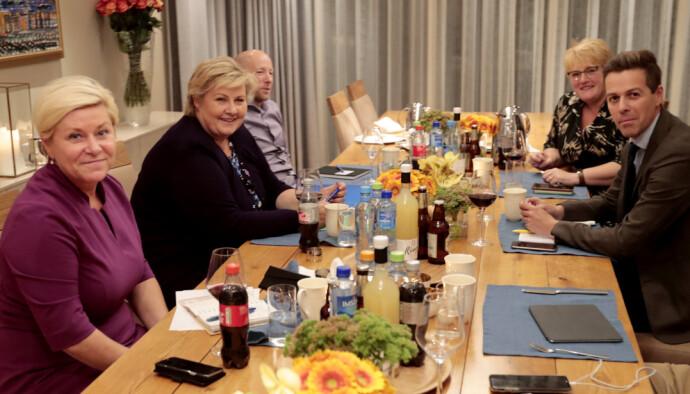 <strong>LYKKELIGERE TIDER:</strong> Partilederne på borgerlig side samlet til middag etter valgseieren i 2017. Drøye to år senere forlot Jensen regjeringen i frustrasjon over samarbeidet med KrF og Venstre. Foto: Lise Åserud / NTB Scanpix