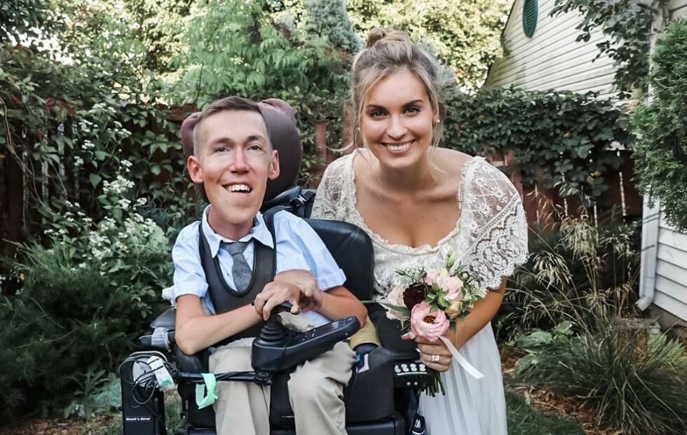 <strong>SPINAL MUSKELATROFI:</strong> Ekteparet Shane Burcaw og Hannah Aylward fotografert på bryllupsdagen i september 2020. Han har den genetiske sykdommen Spinal muskelatrofi. FOTO: Skjermdump Instagram