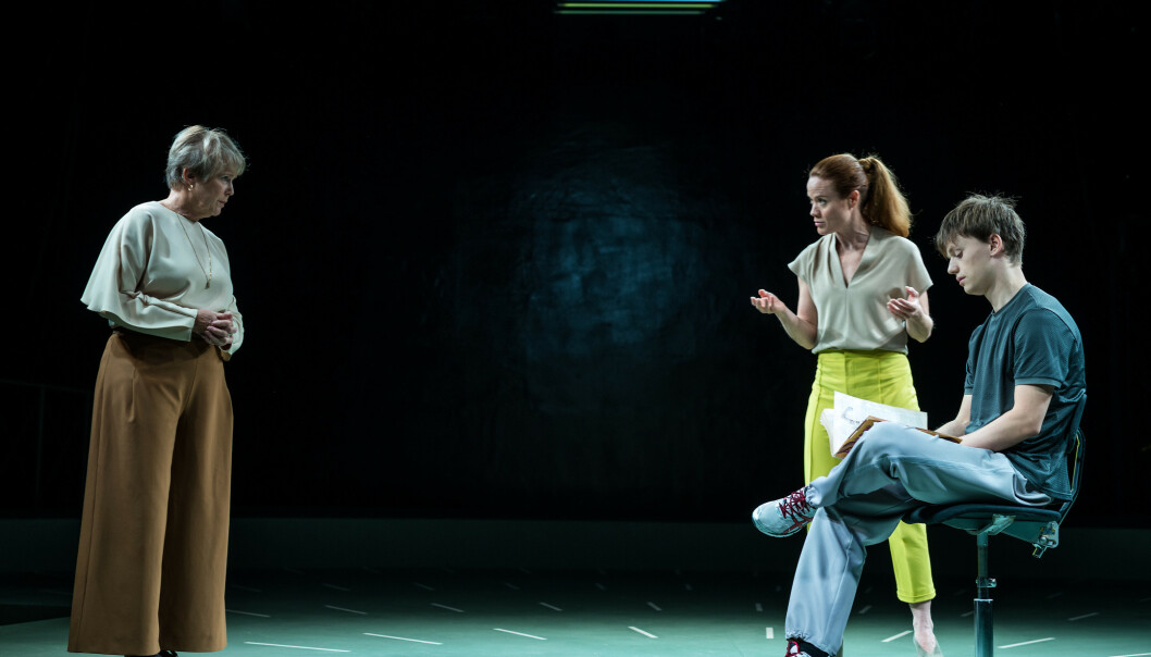 <strong>PSYKISK KARTLEGGING:</strong> Birgitte Victoria Svendsen, Henriette Faye-Schjøll og Iver Innset i «Den 25. timen». Foto: Lars Opstad, Oslo Nye Teater