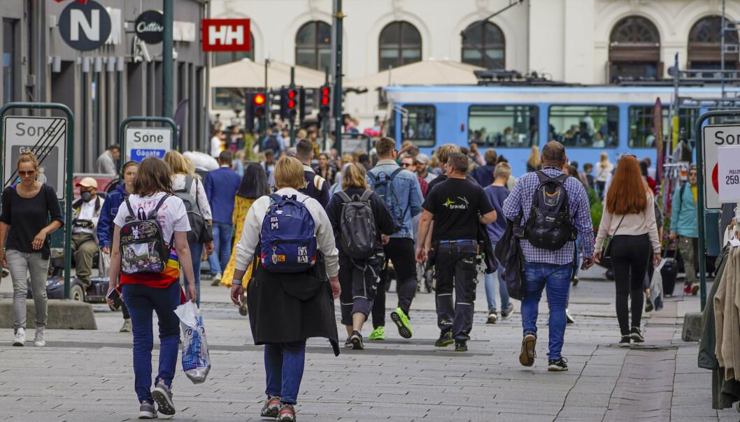 <strong>BRYTER KARANTENEN:</strong> Personer over 50 år er de som er verst til å bryte karanteneplikten, ifølge en ny undersøkelse. Her fra Karl Johans gate i Oslo i august. Foto: Lise Åserud / NTB scanpix