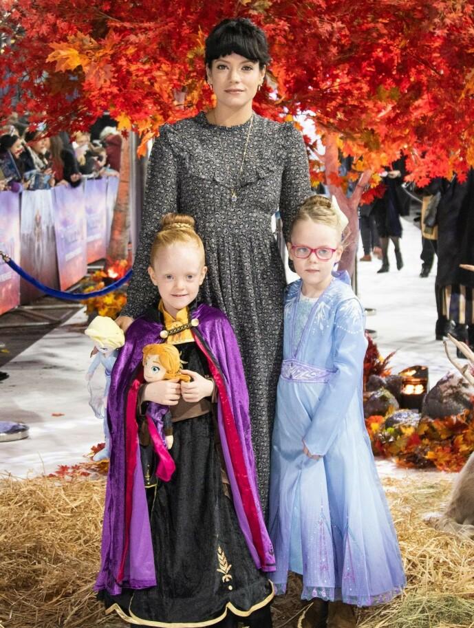 <strong>TOBARNSMOR:</strong> Lily Allens to døtre Marnie Rose og Ethel, fra hennes ekteskap med Sam Cooper, var også til stede i bryllupet. Her er de tre på «Frost 2»-premiere i London i 2019. Foto: NTB scanpix