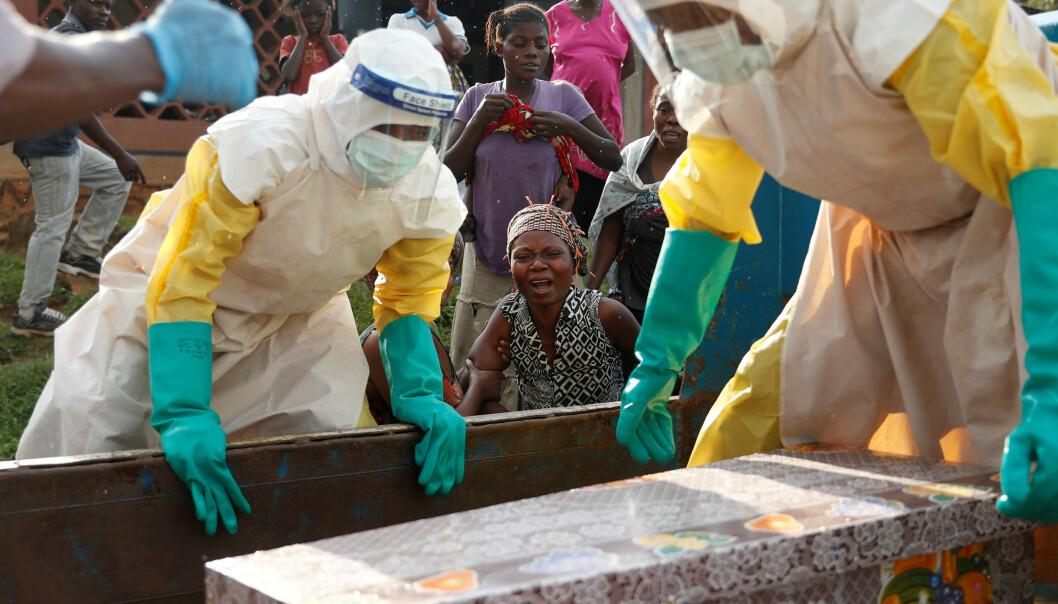<strong>EBOLA:</strong> Ebola-utbruddet i 2014 er det største til nå, og det rammet tusenvis av mennesker, hovedsakelig i Vest-Afrika. Her begraver en mor sitt barn som ble antatt å ha dødd av Ebola i Beni, Kongo, i desember 2018. Foto: Reuters/NTB Scanpix