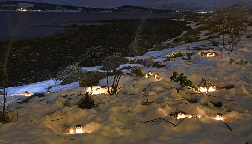 <strong>TRAGEDIE:</strong> Et 60-talls lys ble tent på åstedet hvor en mor tok med seg sine tre barn ut i sjøen i starten av desember i fjor. Foto: Rune Stoltz Bertinussen / NTB scanpix