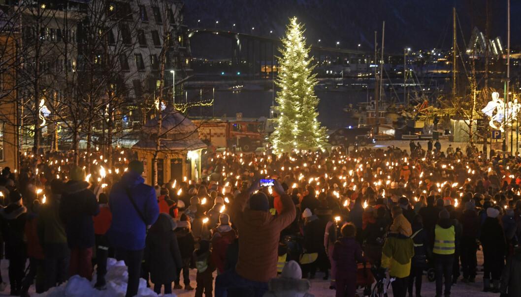 <strong>SLO RING OM FAMILIEN:</strong> Innbyggerne i Tromsø har vist mye støtte til faren og datteren som står igjen etter tragedien på Fagereng, og har blant annet samlet inn mye penger. Her fra en fakkelmarkering. Foto: Rune Stoltz Bertinussen / NTB scanpix