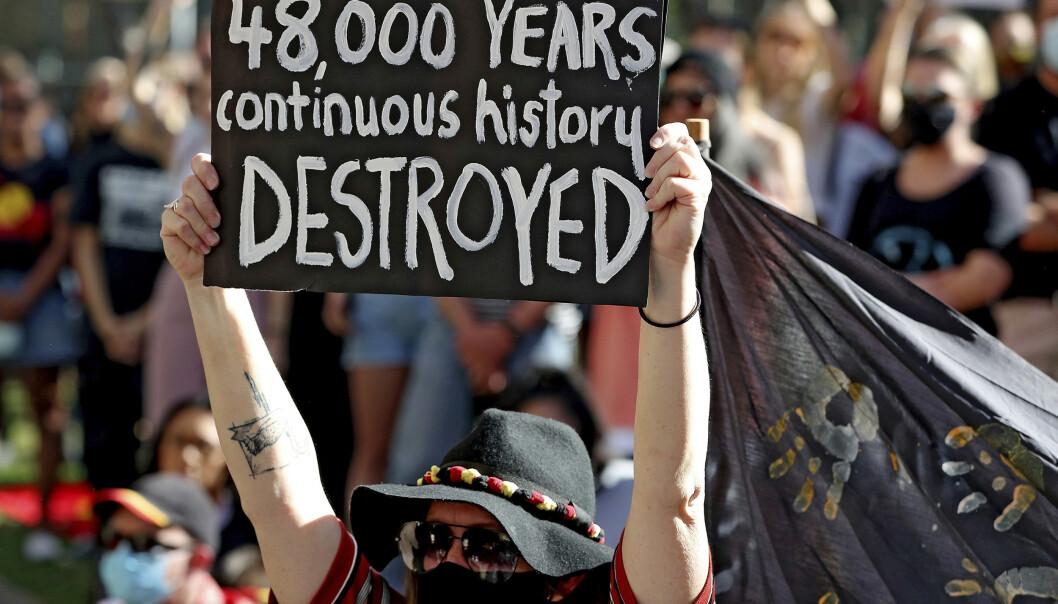 <strong>STERKE REAKSJONER:</strong> Ødeleggelsen av det 48 000 år gamle kulturarvstedet til australske urfolk vekket sterke reaksjoner i Australia. 9. juni hadde flere samlet seg for å vise motstand mot gruveselskapet Rio Tinto. Foto: Richard Wainwright / AAP Image via AP / NTB scanpix