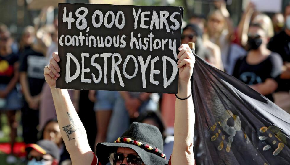 <strong>SPRENGNING:</strong> Ødeleggelsen av det 48 000 år gamle kulturarvstedet til australske urfolk vekket sterke reaksjoner i Australia. 9. juni hadde flere samlet seg for å vise motstand mot gruveselskapet Rio Tinto. Foto: Richard Wainwright / AAP Image via AP / NTB Scanpix