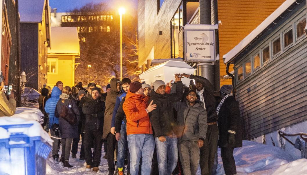 <strong>BÆRES TIL GRAVEN:</strong> 10. desember ble det holdt begravelse for moren og de to døtrene i Al-Noor-moskeen i Tromsø. Foto: Hans Arne Vedlog / Dagbladet.