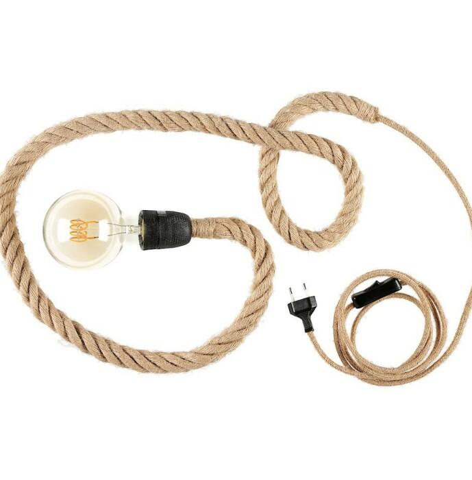 <strong>RUSTIKK:</strong> Få en ekstra touch med denne rustikke lampa der ledningen er omsluttet av et grovt rep av jute.