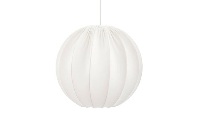 <strong>KLASSIKER:</strong> Kuleformet taklampe i hvitt stoff med et klassisk, stilrent design.