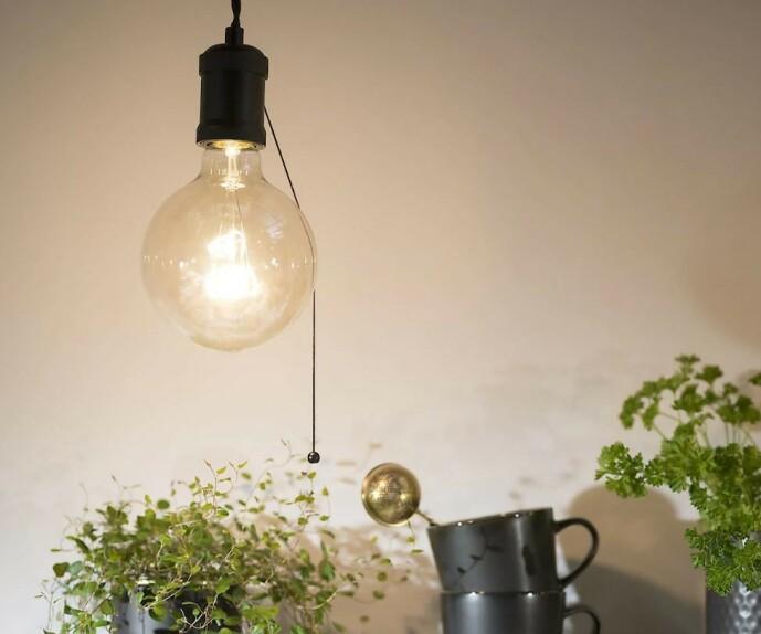 <strong>RETRO:</strong> Lampa passer fint over benken, bordet eller i vinduet. MEd matchende lyspære får du din egen stil på belysningen.