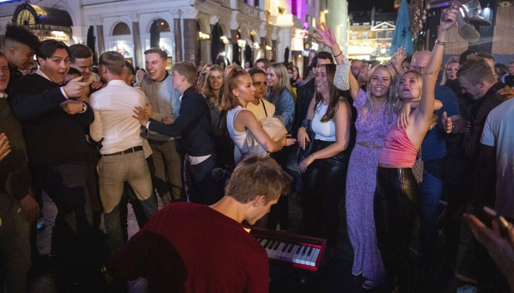 <strong>FESTER:</strong> Det var mange i gatene i London natt til søndag. Flere sang og danset i gatene, og festet i byen. Foto: AP / NTB scanpix