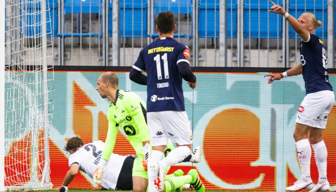 <strong>SCORET:</strong> Lars-Jørgen Salvesen (t.h.) scorer for Strømsgodset. Foto: Trond Reidar Teigen / NTB scanpix