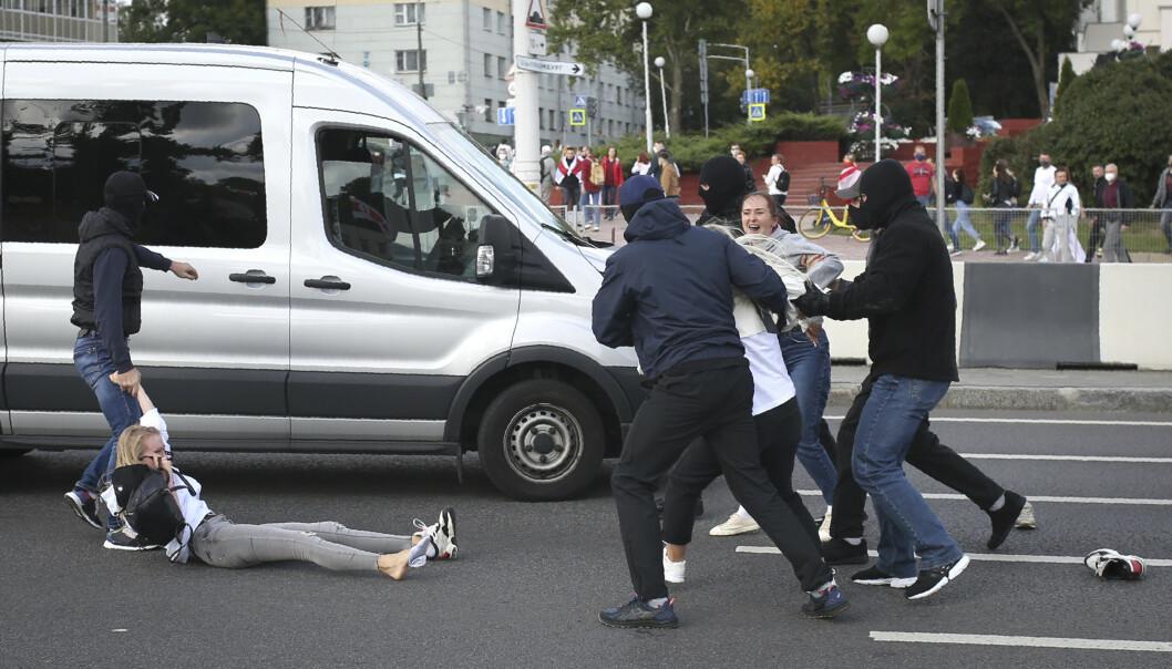 <strong>FORTSETTER:</strong> Det har vært protester i Minsk hver dag siden valget 9. august. Her blir demonstranter arrestert av politiet. Foto: NTB Scanpix.