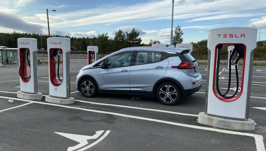 Andre biler lader gratis på Tesla-laderne
